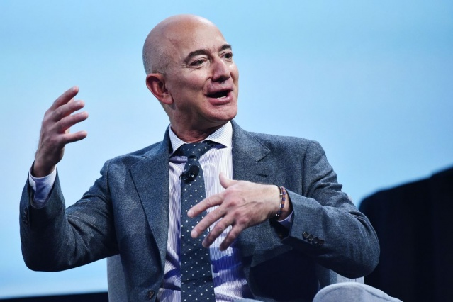 Amazon ve Blue Origin kurucu CEO'su Jeff Bezos, bildiğiniz üzere dünyanın en zengin insanı. Bir zamanlar işe gidip geldiği mütevazı halk otomobiliyle sembol olan Jeff Bezos, artık unvanına yakışan şeylere de sahip. Zenginin parası çenelere aparkat atarken, Jeff Bezos'un milyarderlik yaşamında kısa bir yolculuğa çıkıyoruz.  Jeff Bezos ismini boşanma olayından sonra artık duymayan kalmadı. Öyle bir boşanma ki, eşi bir anda aldığı nafaka ile dünyanın en zengin 3. kadını olmuştu. Jeff Bezos nafaka olarak eşine tam tamına 36 milyar dolar ödedi. Ayrıca eski eşi Mackenzie Bezos, Amazon'daki hisselerini elinde tuttu ama oy hakkını Jeff Bezos'a devretti. Yani bu gelirin yanında bir de Amazon'dan her yıl payını alıyor.  Bu kadar yüksek bir nafaka ödemesi bile onu dünyanın en zengin insanı unvanından düşüremedi. Jeff Bezos sözleri ve başarı hikayeleriyle birçok gence ve girişimciye ilham kaynağı olmayı başardı. Ancak biz bu içeriğimizde bunlar yerine, Jeff Bezos serveti ile neler almış, sahip olduğu aşırı pahalı şeyler neler diye bakacağız.