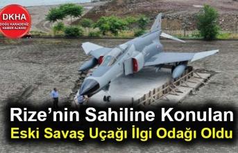 Rize'nin Sahiline Konulan Eski Savaş Uçağı İlgi Odağı Oldu